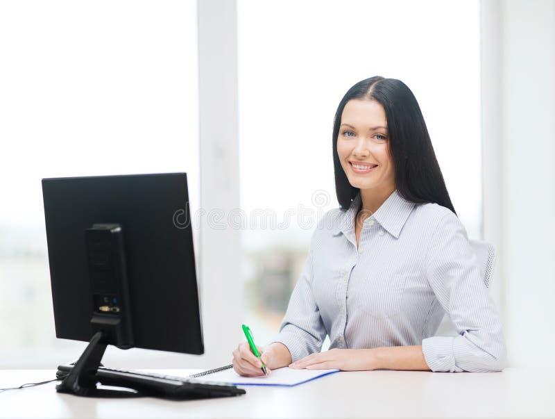 Χαμογελώντας μελέτη επιχειρηματιών ή σπουδαστών στοκ φωτογραφία με δικαίωμα ελεύθερης χρήσης
