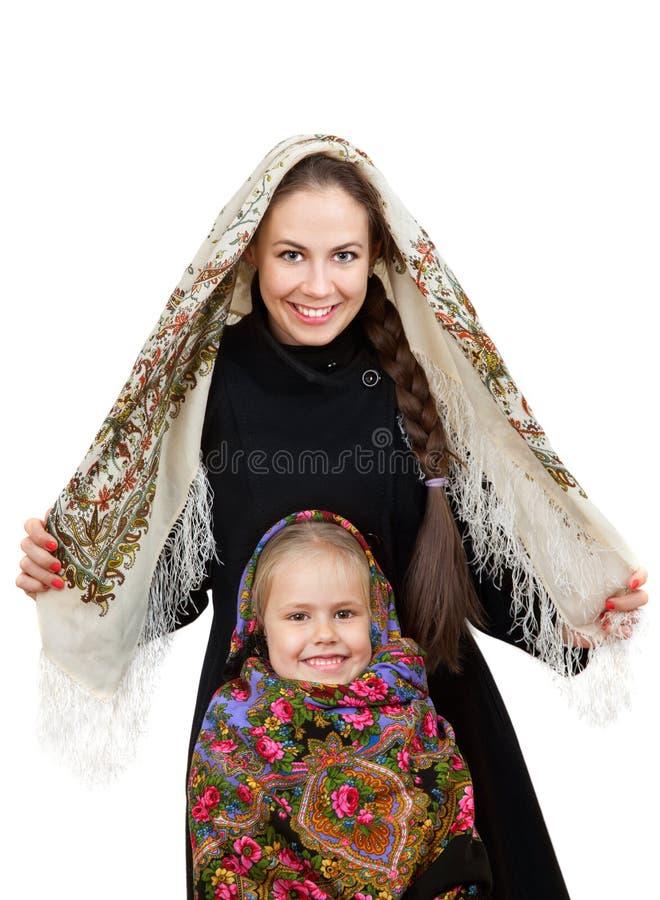 Χαμογελώντας μητέρα με τη μικρή κόρη στα ρωσικά σάλια στοκ φωτογραφία
