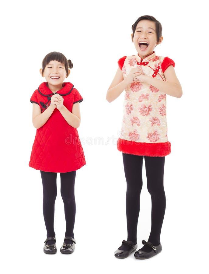 χαμογελώντας μικρά κορίτσια με τα συγχαρητήρια στοκ εικόνα