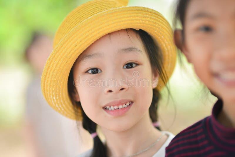Χαμογελώντας μικρό κορίτσι κινηματογραφήσεων σε πρώτο πλάνο, υπαίθριο potrait στοκ φωτογραφία