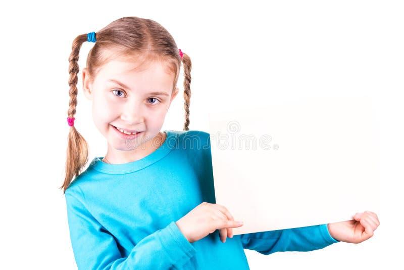 Χαμογελώντας μικρό κορίτσι που κρατά την άσπρη κάρτα για σας κείμενο δείγμα στοκ φωτογραφίες με δικαίωμα ελεύθερης χρήσης