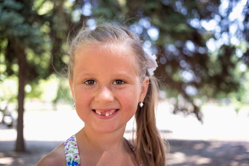 Χαμογελώντας μικρό κορίτσι χωρίς ένα δόντι στοκ εικόνα με δικαίωμα ελεύθερης χρήσης