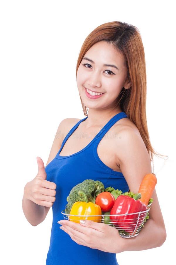 Χαμογελώντας νέα γυναίκα με φρέσκα λαχανικά και παρουσίαση αντίχειρα στοκ φωτογραφία με δικαίωμα ελεύθερης χρήσης