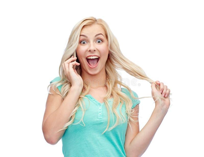 Χαμογελώντας νέα γυναίκα που καλεί το smartphone στοκ φωτογραφίες