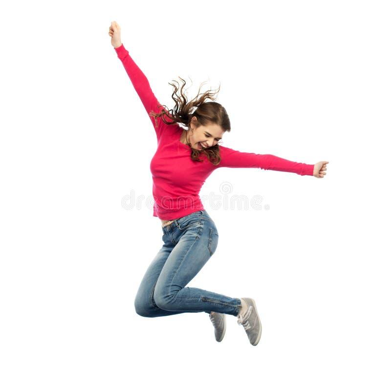 Χαμογελώντας νέα γυναίκα που πηδά στον αέρα στοκ φωτογραφία με δικαίωμα ελεύθερης χρήσης