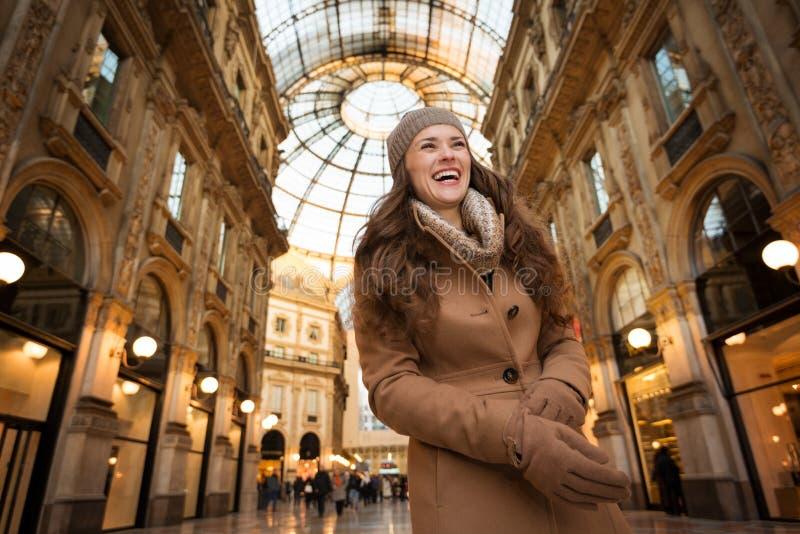 Χαμογελώντας νέα γυναίκα που στέκεται σε Galleria Vittorio Emanuele ΙΙ στοκ φωτογραφία