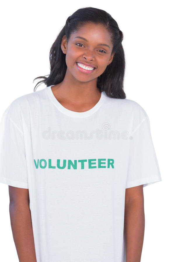Χαμογελώντας νέα γυναίκα που φορά την εθελοντική μπλούζα στοκ φωτογραφία με δικαίωμα ελεύθερης χρήσης