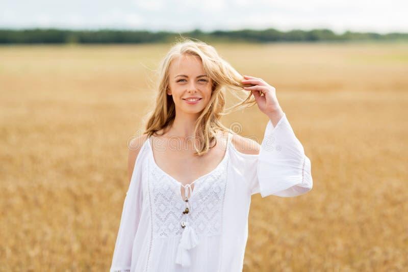 Χαμογελώντας νέα γυναίκα στο άσπρο φόρεμα στον τομέα δημητριακών στοκ εικόνες με δικαίωμα ελεύθερης χρήσης