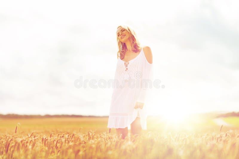 Χαμογελώντας νέα γυναίκα στο άσπρο φόρεμα στον τομέα δημητριακών στοκ φωτογραφίες με δικαίωμα ελεύθερης χρήσης