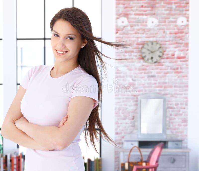 Χαμογελώντας νέα καυκάσια γυναίκα στο σπίτι στοκ φωτογραφίες με δικαίωμα ελεύθερης χρήσης