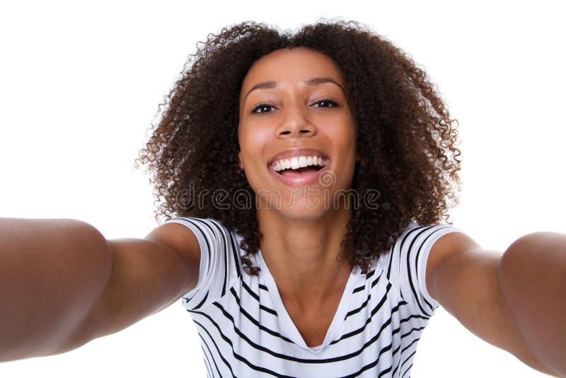 Χαμογελώντας νέα μαύρη γυναίκα που κάνει selfie στοκ εικόνες με δικαίωμα ελεύθερης χρήσης