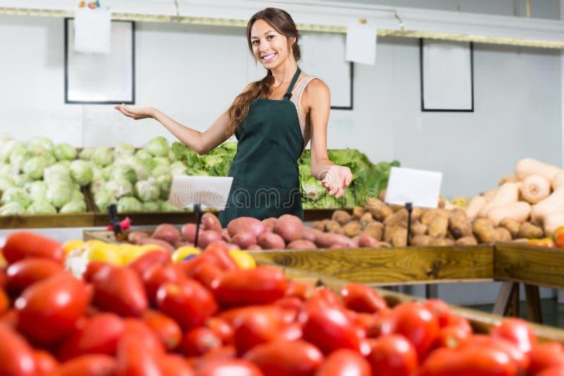 Χαμογελώντας νέες θηλυκές πατάτες και εργασία εκμετάλλευσης στοκ φωτογραφίες