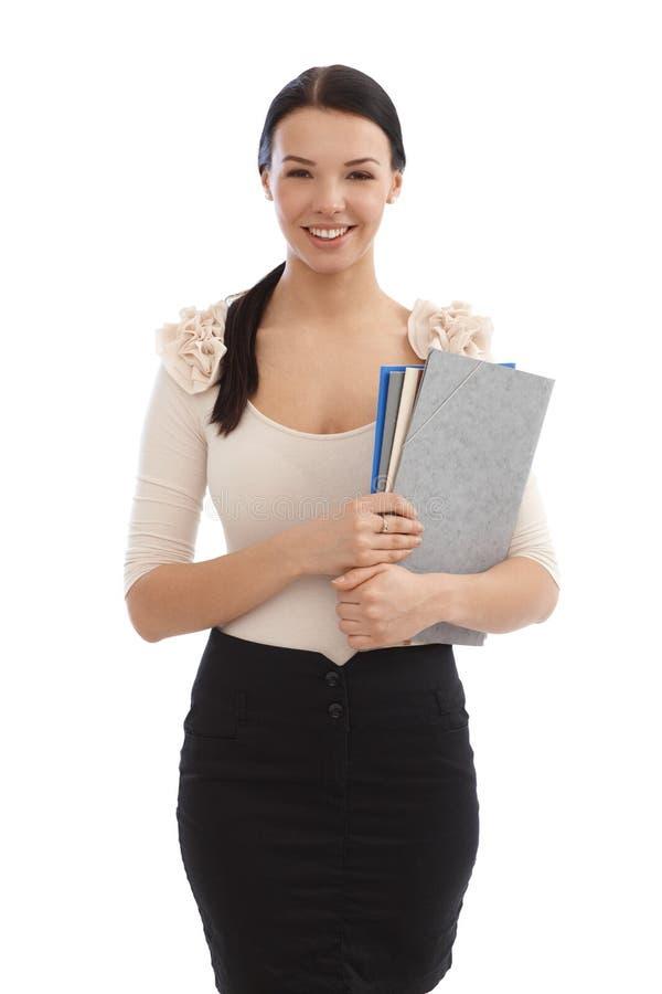 Χαμογελώντας νέος γραμματέας με τα αρχεία στοκ εικόνα με δικαίωμα ελεύθερης χρήσης