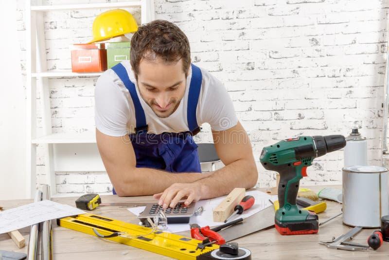 Χαμογελώντας νέος ξυλουργός στο εργαστήριό του στοκ φωτογραφία με δικαίωμα ελεύθερης χρήσης