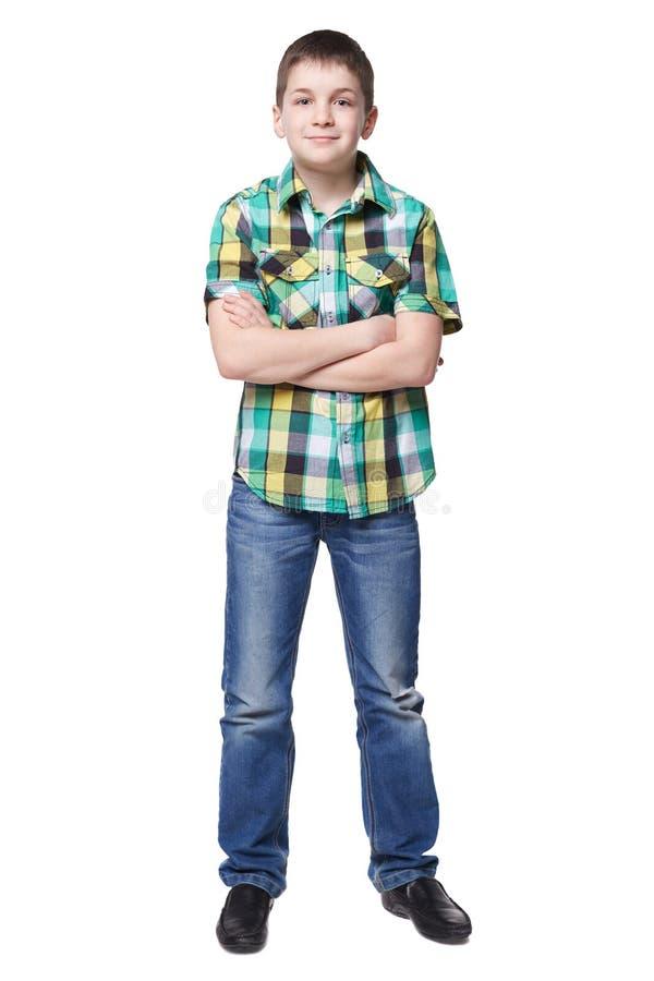Χαμογελώντας νέο αγόρι στο πουκάμισο και το πλήρες μήκος τζιν στοκ εικόνες