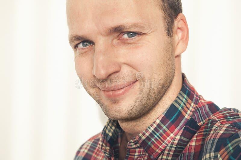 Χαμογελώντας νέο ενήλικο ευρωπαϊκό άτομο στοκ εικόνα