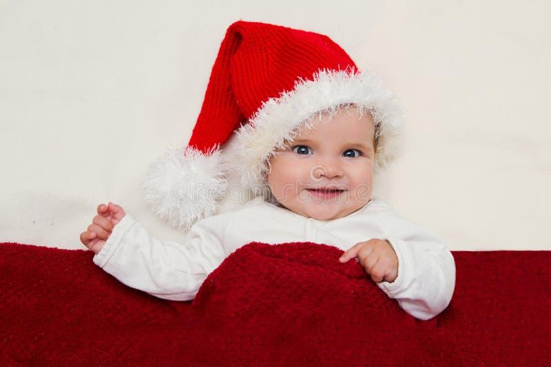 Χαμογελώντας νέο μωρό σε ένα καπέλο Άγιου Βασίλη στοκ φωτογραφίες με δικαίωμα ελεύθερης χρήσης