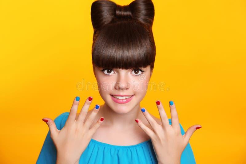 χαμογελώντας νεολαίες κοριτσιών makeup Όμορφος έφηβος με το τόξο hairstyle στοκ εικόνες