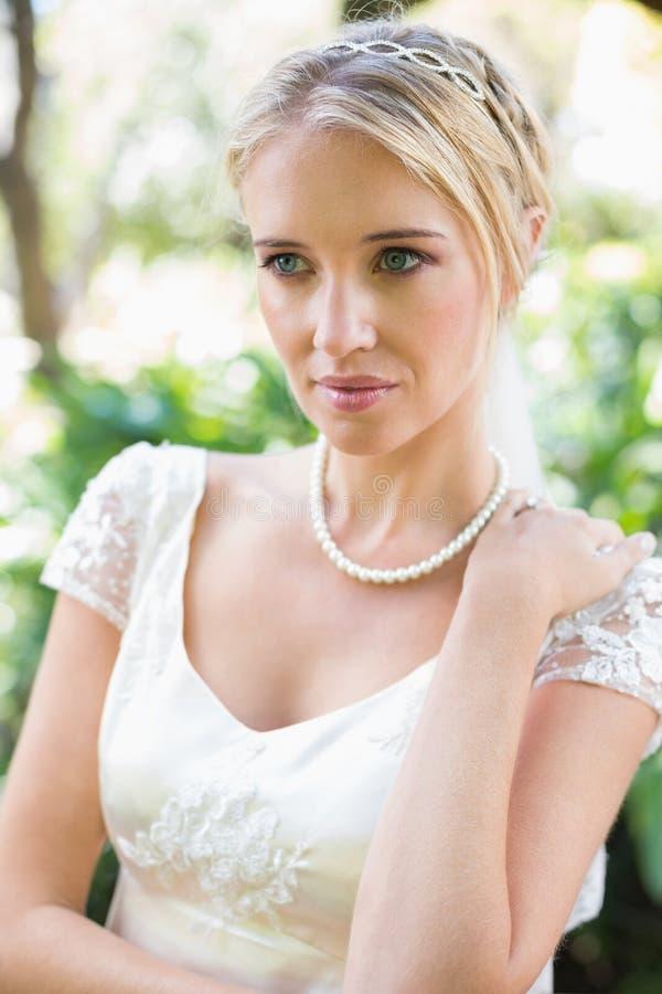 Χαμογελώντας ξανθή νύφη στο περιδέραιο μαργαριταριών στοκ φωτογραφία με δικαίωμα ελεύθερης χρήσης