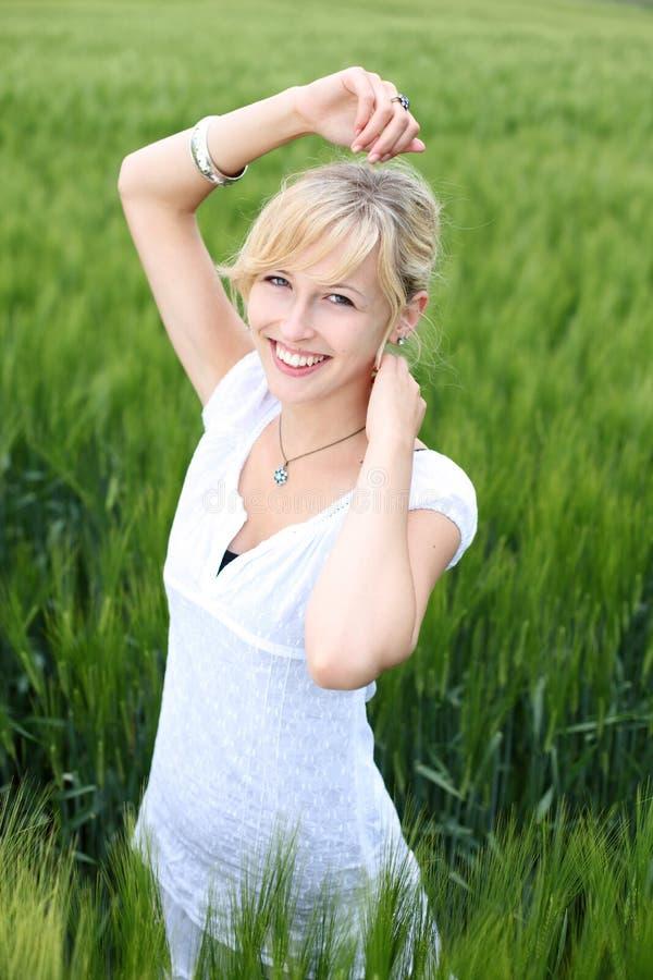 Χαμογελώντας ξανθό θηλυκό στοκ φωτογραφία με δικαίωμα ελεύθερης χρήσης