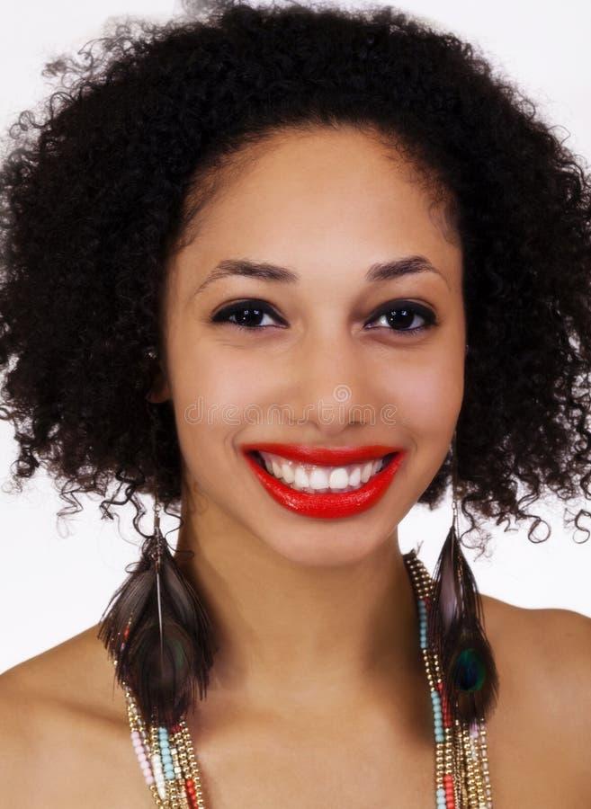 Χαμογελώντας ξεφλουδισμένη φως μαύρη γυναίκα Attrative πορτρέτου στοκ εικόνες με δικαίωμα ελεύθερης χρήσης
