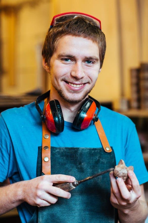 Χαμογελώντας ξυλουργός που απολαμβάνει την εργασία στοκ εικόνες