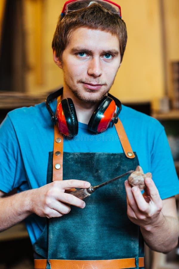 Χαμογελώντας ξυλουργός που κάνει τα παιχνίδια στοκ φωτογραφία με δικαίωμα ελεύθερης χρήσης