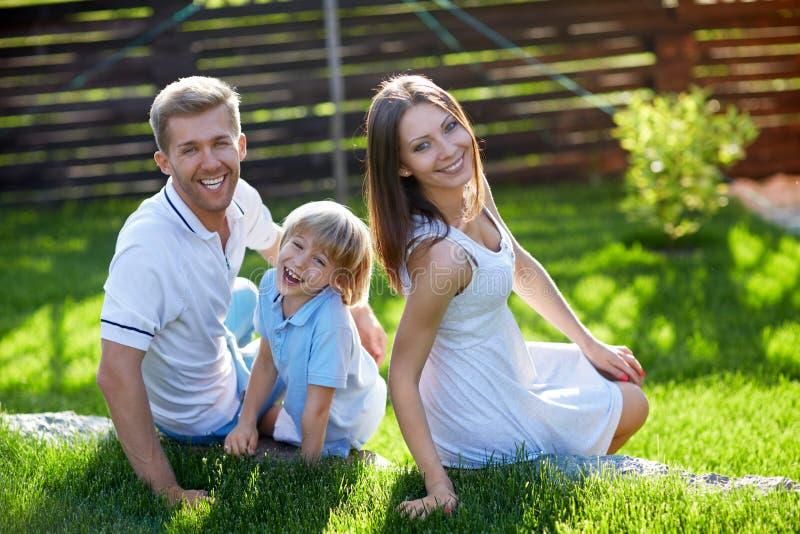 Χαμογελώντας οικογένεια στοκ φωτογραφίες με δικαίωμα ελεύθερης χρήσης