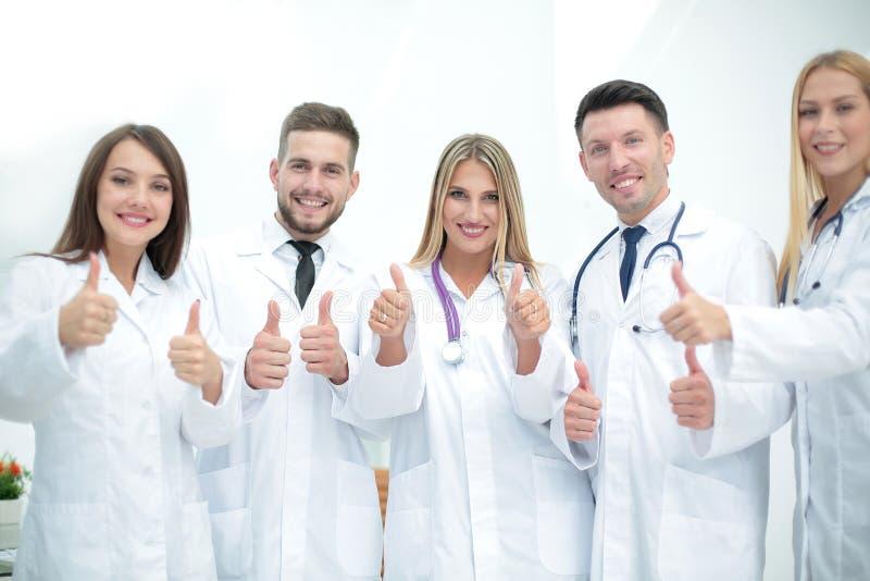 Χαμογελώντας ομάδα των γιατρών στο νοσοκομείο που κάνουν selfie και την παρουσίαση θορίου στοκ εικόνα με δικαίωμα ελεύθερης χρήσης