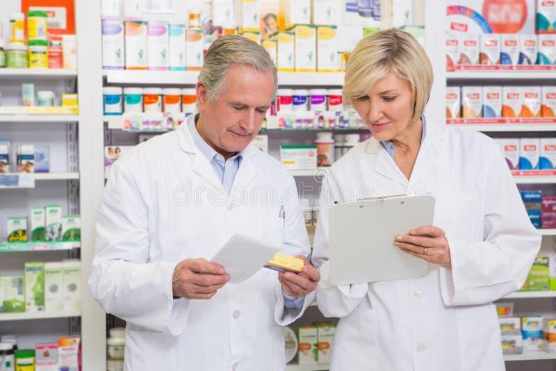 Χαμογελώντας ομάδα φαρμακοποιών που μιλά για το φάρμακο στοκ εικόνες