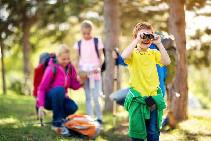 Χαμογελώντας παιδί που κοιτάζει μέσω διοφθαλμικού στοκ εικόνα