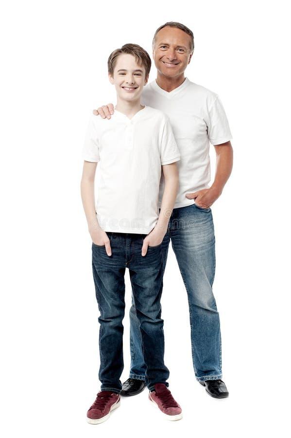 Χαμογελώντας πατέρας και γιος που τοποθετούν από κοινού στοκ εικόνες με δικαίωμα ελεύθερης χρήσης