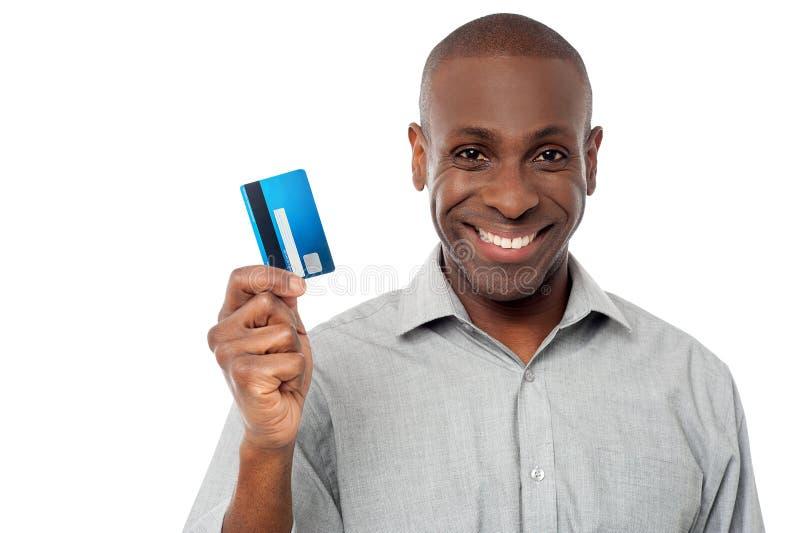 Χαμογελώντας πιστωτική κάρτα εκμετάλλευσης τύπων στοκ φωτογραφία με δικαίωμα ελεύθερης χρήσης