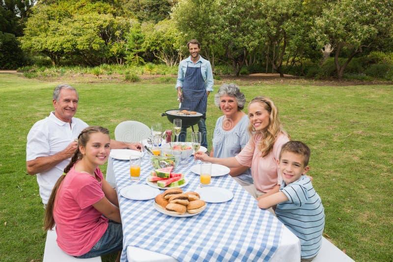 Χαμογελώντας πολυμελής οικογένεια που έχει μια σχάρα στοκ εικόνες με δικαίωμα ελεύθερης χρήσης