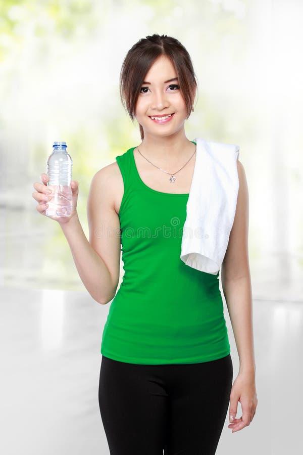 Χαμογελώντας πόσιμο νερό γυναικών ικανότητας στοκ φωτογραφία με δικαίωμα ελεύθερης χρήσης