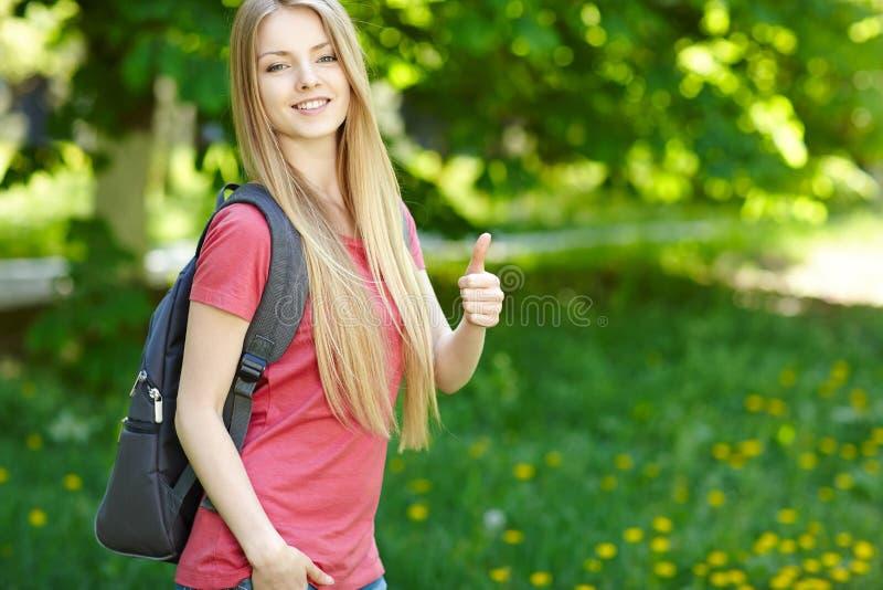 Χαμογελώντας σπουδαστής γυναικών με το σακίδιο πλάτης στοκ φωτογραφία με δικαίωμα ελεύθερης χρήσης