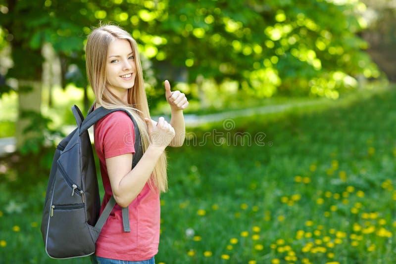 Χαμογελώντας σπουδαστής γυναικών με το σακίδιο πλάτης στοκ εικόνες