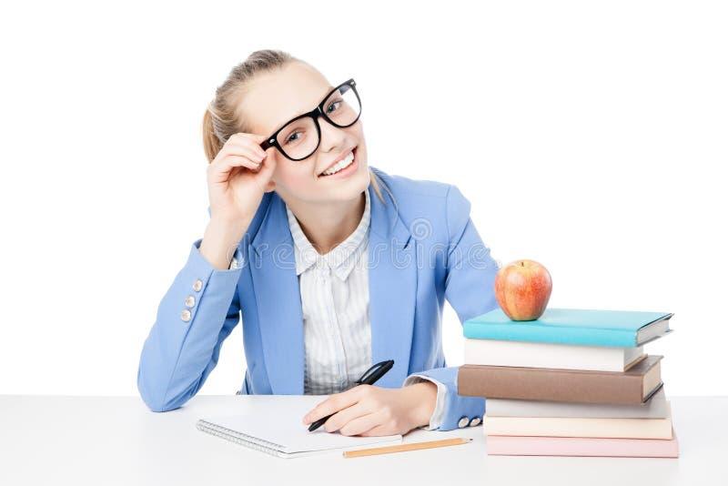 Χαμογελώντας σπουδαστής με το σωρό των βιβλίων στοκ εικόνες