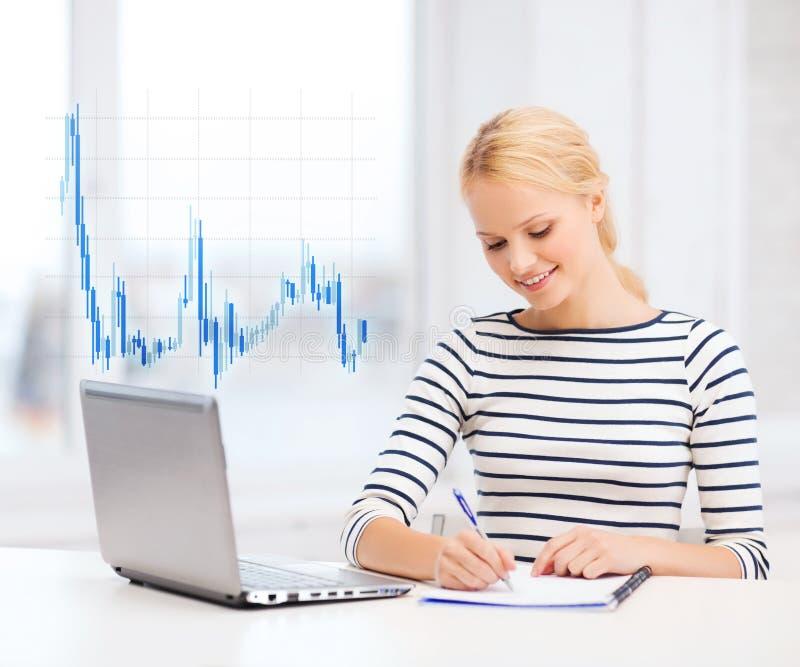 Χαμογελώντας σπουδαστής με το φορητό προσωπικό υπολογιστή και τα έγγραφα στοκ φωτογραφίες