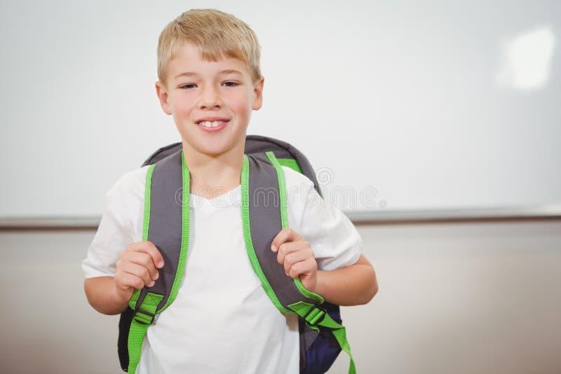 Χαμογελώντας σπουδαστής που φορά μια σχολική τσάντα στοκ φωτογραφία με δικαίωμα ελεύθερης χρήσης