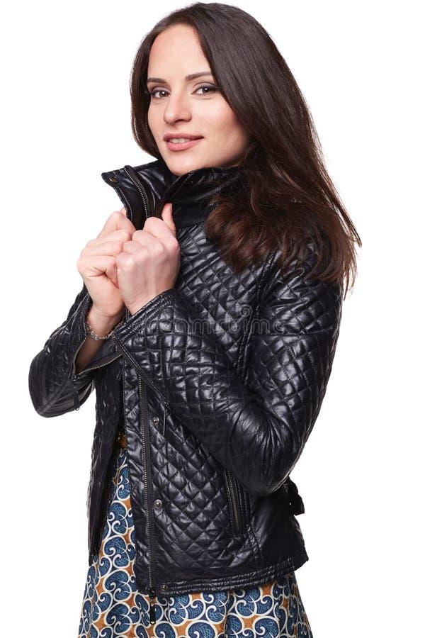 Χαμογελώντας συμπαθητικό κορίτσι στο φόρεμα με το σακάκι δέρματος στοκ εικόνες με δικαίωμα ελεύθερης χρήσης