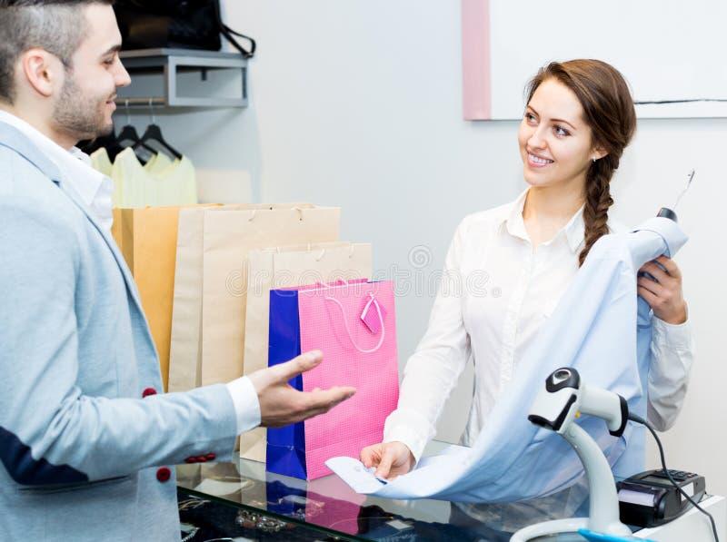 Χαμογελώντας ταμίας και ικανοποιημένος πελάτης στοκ φωτογραφία με δικαίωμα ελεύθερης χρήσης