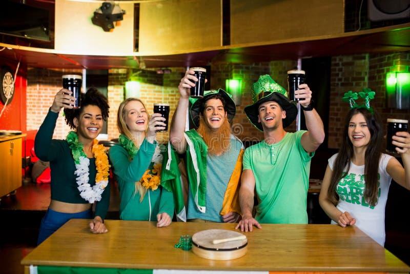 Χαμογελώντας φίλοι με το ιρλανδικό εξάρτημα στοκ φωτογραφία με δικαίωμα ελεύθερης χρήσης