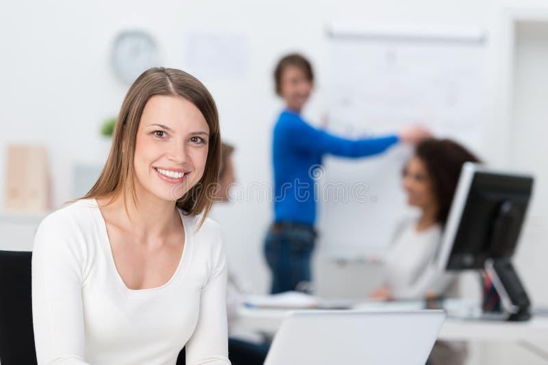 Χαμογελώντας φιλική νέα επιχειρηματίας στοκ φωτογραφία με δικαίωμα ελεύθερης χρήσης