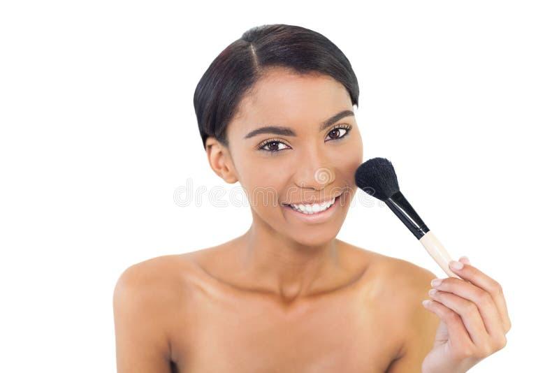Χαμογελώντας φυσική πρότυπη χρησιμοποιώντας βούρτσα blusher στοκ φωτογραφία