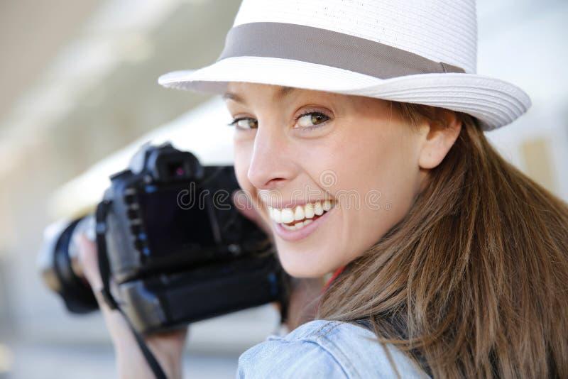 Χαμογελώντας φωτογράφος με την ανακλαστική κάμερα στοκ φωτογραφία με δικαίωμα ελεύθερης χρήσης
