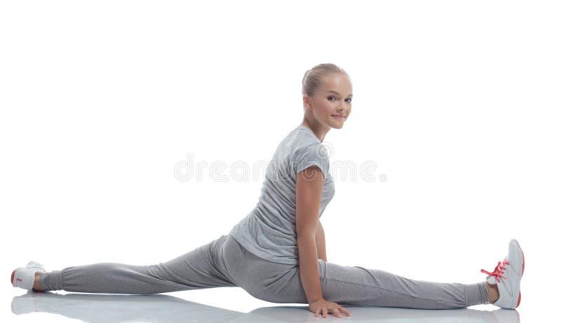 Χαμογελώντας χαριτωμένο έφηβη που κάνει το τέντωμα στοκ φωτογραφία με δικαίωμα ελεύθερης χρήσης