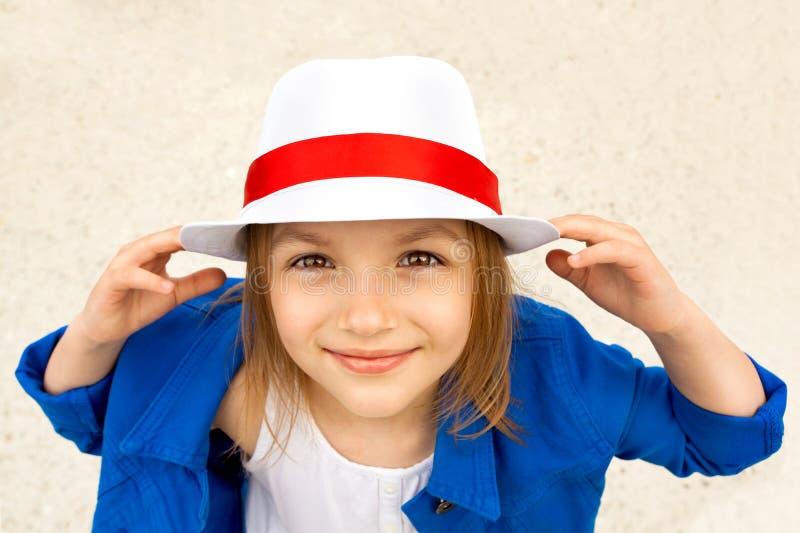 Χαμογελώντας χαριτωμένο μικρό κορίτσι στο άσπρο καπέλο στοκ εικόνες με δικαίωμα ελεύθερης χρήσης