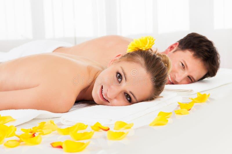 Χαμογελώντας χαλαρωμένο ζεύγος σε μια SPA στοκ εικόνα με δικαίωμα ελεύθερης χρήσης