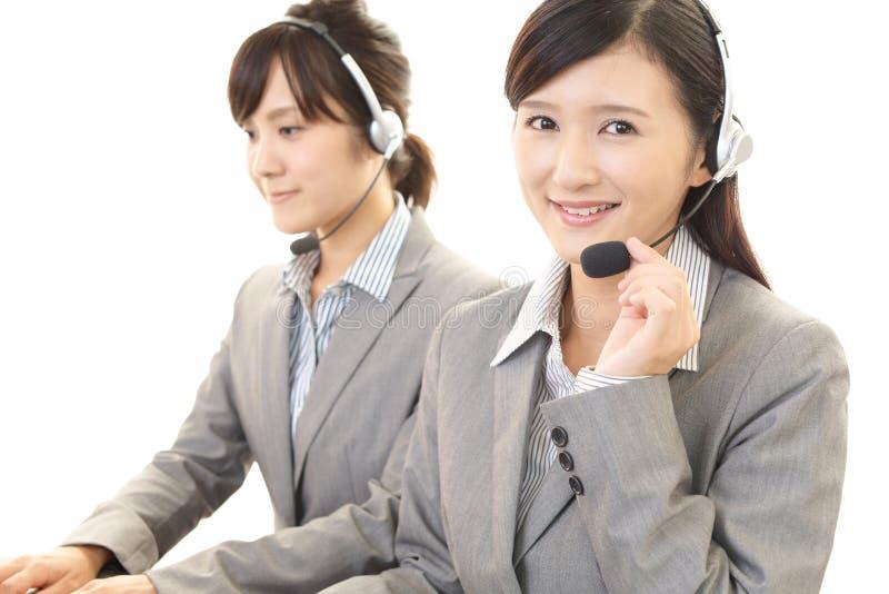 Χαμογελώντας χειριστές τηλεφωνικών κέντρων στοκ φωτογραφία